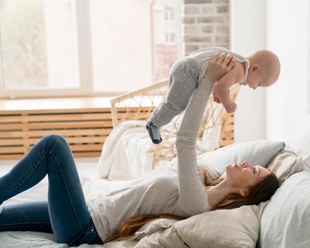 Vista frontal da feliz mãe e filho