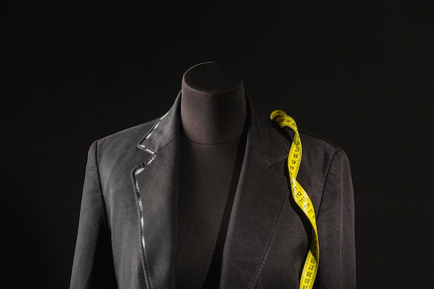 Vista frontal da forma do vestido com fita métrica