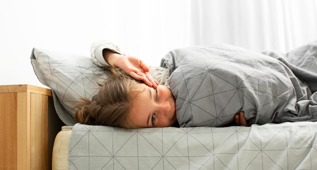 Vista frontal da garota adormecida acordando