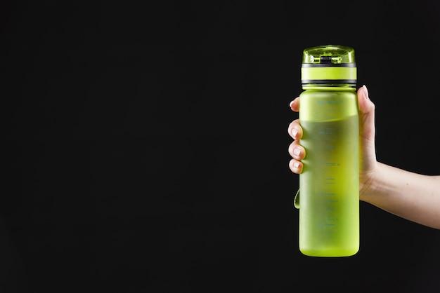 Vista frontal da garrafa de água com espaço de cópia