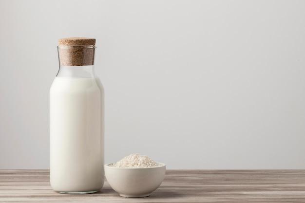 Vista frontal da garrafa de leite com arroz e espaço de cópia