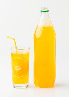 Vista frontal da garrafa de refrigerante com vidro e canudo