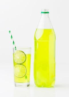 Vista frontal da garrafa de refrigerante e vidro