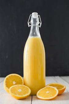 Vista frontal da garrafa de suco de laranja