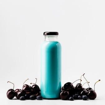 Vista frontal da garrafa de suco de mirtilo e cereja