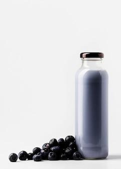 Vista frontal da garrafa de suco de mirtilo