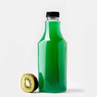 Vista frontal da garrafa de suco verde com kiwi e tampa