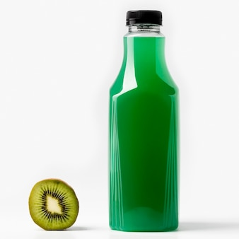 Vista frontal da garrafa de suco verde com kiwi