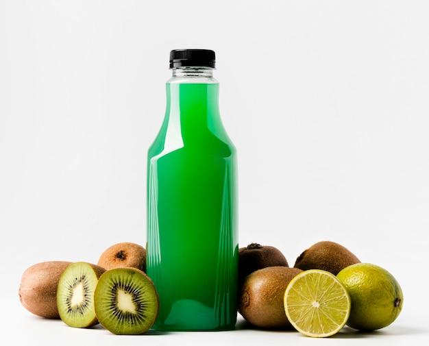 Vista frontal da garrafa de suco verde com kiwis e tampa