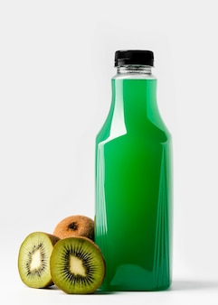 Vista frontal da garrafa de suco verde com kiwis