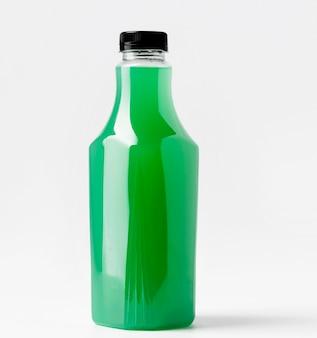 Vista frontal da garrafa de suco verde com tampa