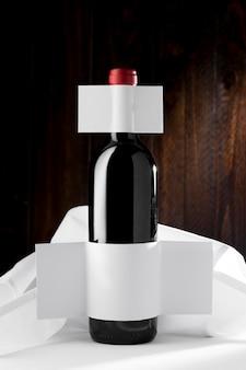 Vista frontal da garrafa de vinho com rótulo em branco