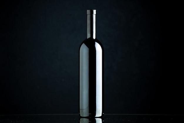 Vista frontal da garrafa de vinho em um fundo preto