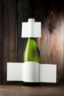 Vista frontal da garrafa de vinho translúcida com rótulo em branco