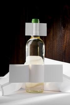 Vista frontal da garrafa de vinho transparente com rótulo em branco
