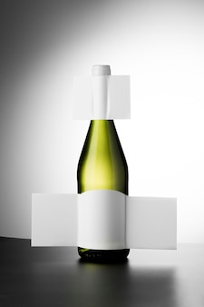 Vista frontal da garrafa de vinho transparente com rótulos em branco