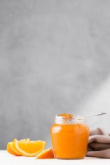 Vista frontal da geléia de laranja em um frasco transparente
