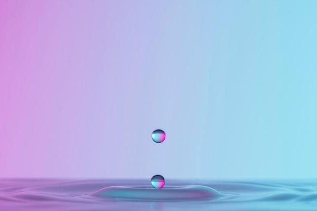 Vista frontal da gota em um líquido transparente com espaço de cópia