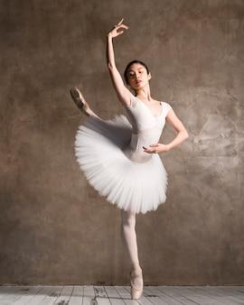 Vista frontal da graciosa bailarina