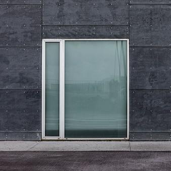 Vista frontal da janela de vidro em um prédio da cidade