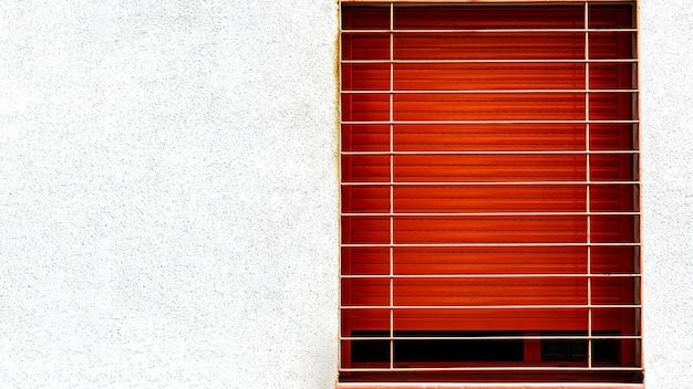 Vista frontal da janela do prédio de apartamentos com espaço de cópia