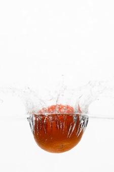Vista frontal da laranja na água com espaço de cópia