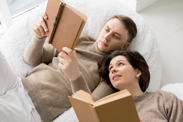 Vista frontal da leitura adorável casal