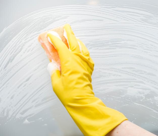 Vista frontal da limpeza de janelas com esponja