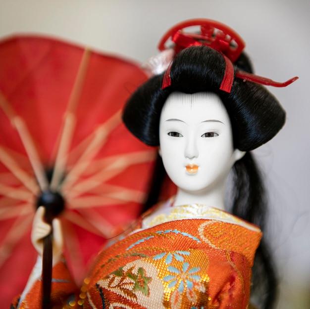 Vista frontal da linda boneca asiática