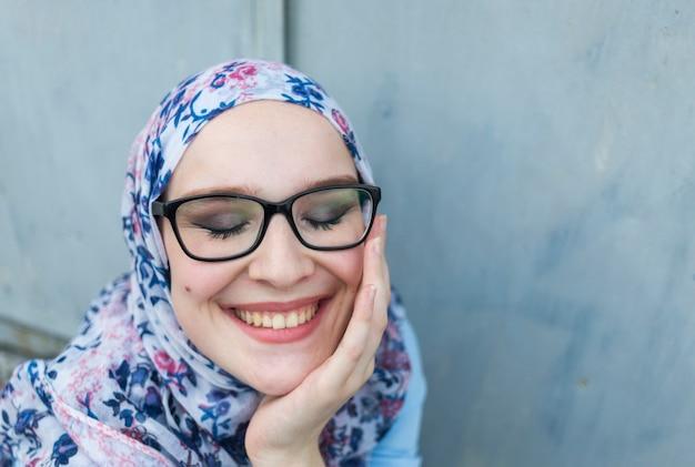 Vista frontal da linda mulher com óculos