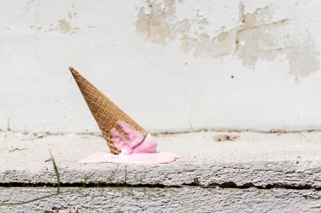 Vista frontal da maca de sorvete na rua