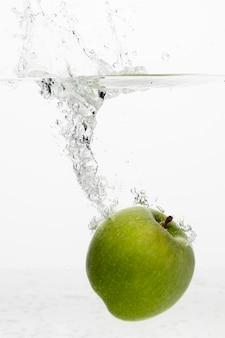 Vista frontal da maçã na água