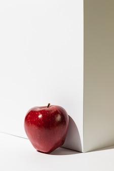 Vista frontal da maçã vermelha ao lado do pódio com espaço de cópia