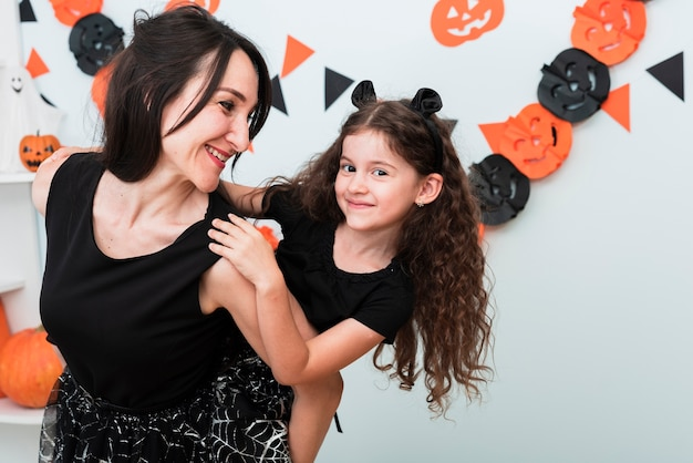 Vista frontal da mãe e filha a passar tempo juntos