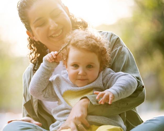 Vista frontal da mãe lgbt ao ar livre no parque com seu filho