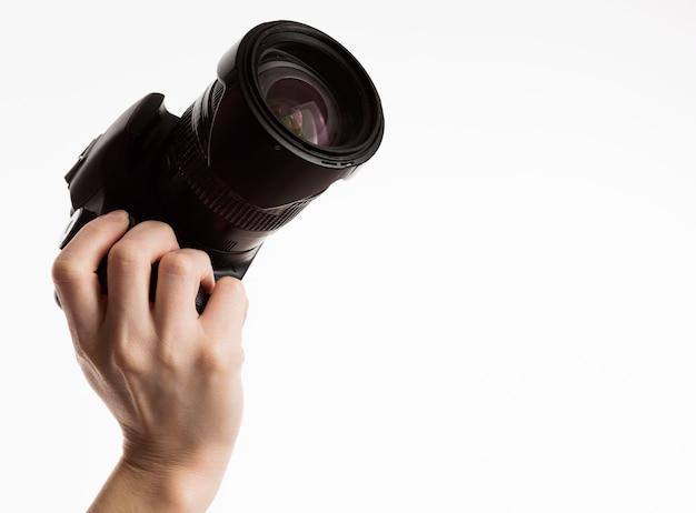 Vista frontal da mão segurando a câmera