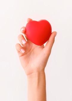 Vista frontal da mão segurando a forma de um coração