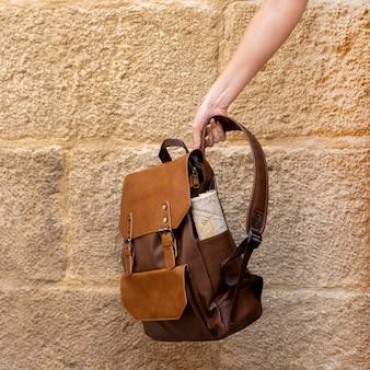Vista frontal da mão segurando a mochila