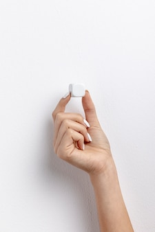 Vista frontal da mão segurando o cubo pequeno