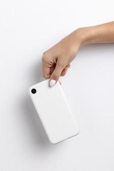 Vista frontal da mão segurando o smartphone