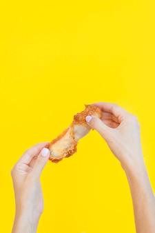 Vista frontal da mão segurando sobras de comida