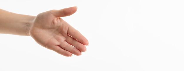Vista frontal da mão tentando conseguir um aperto de mão