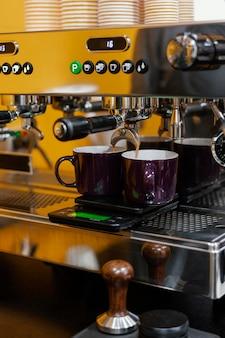 Vista frontal da máquina de café na cafeteria