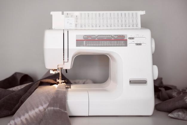 Vista frontal da máquina de costura branca