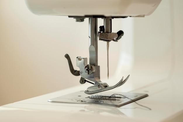 Vista frontal da máquina de costura com agulha