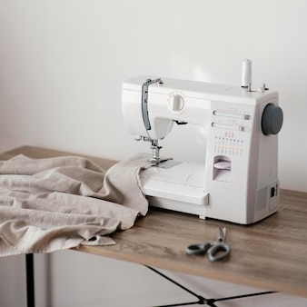 Vista frontal da máquina de costura na mesa