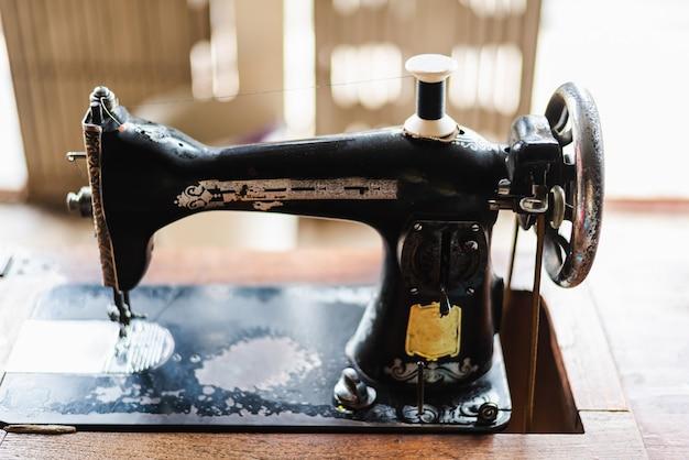 Vista frontal da máquina de costura vintage antiga.
