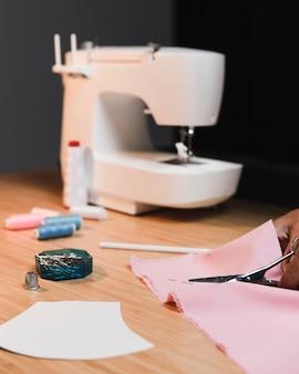 Vista frontal da máquina de costura