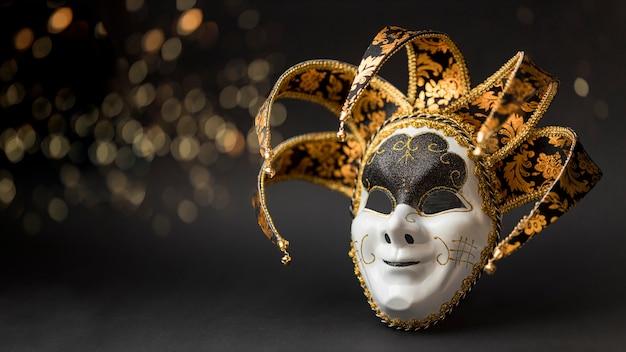 Vista frontal da máscara para carnaval com glitter e copie o espaço