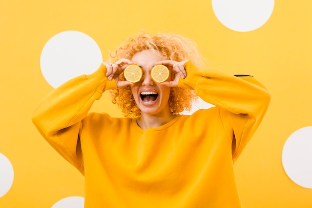 Vista frontal da menina bonita com rodelas de limão
